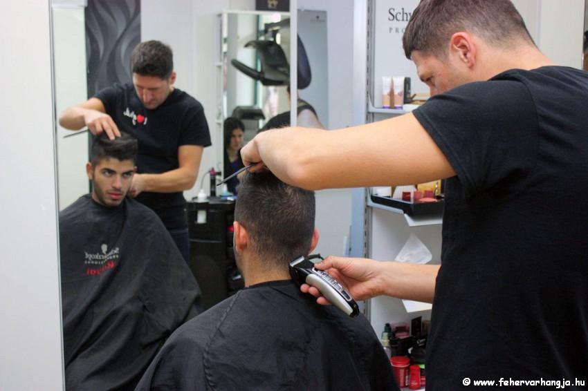 Készül Barkóczi Gyula frizurája