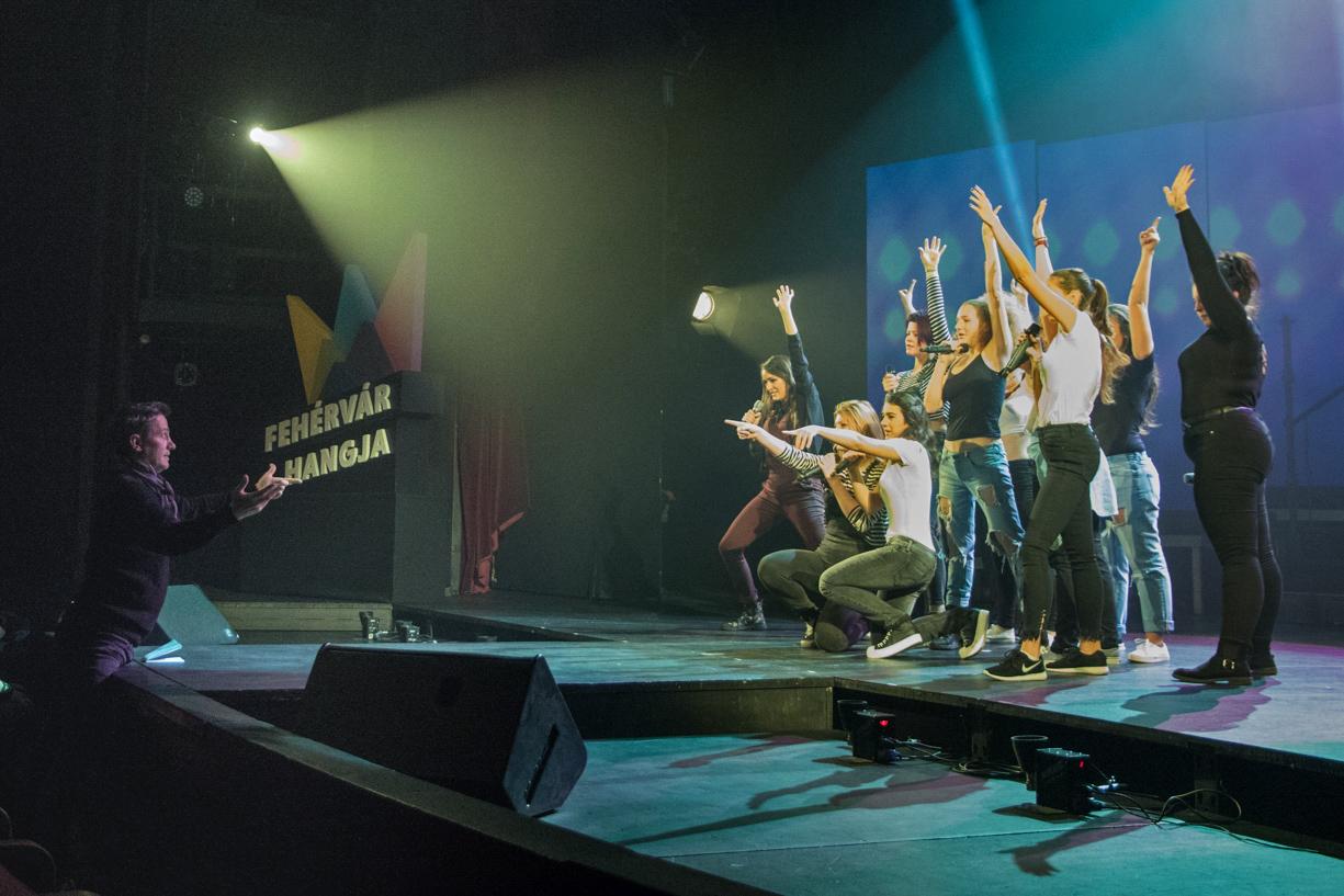 Szakál Attila (a képen balra) a legutóbbi Fehérvár Hangja döntőjét is látványos show-ként rendezte meg